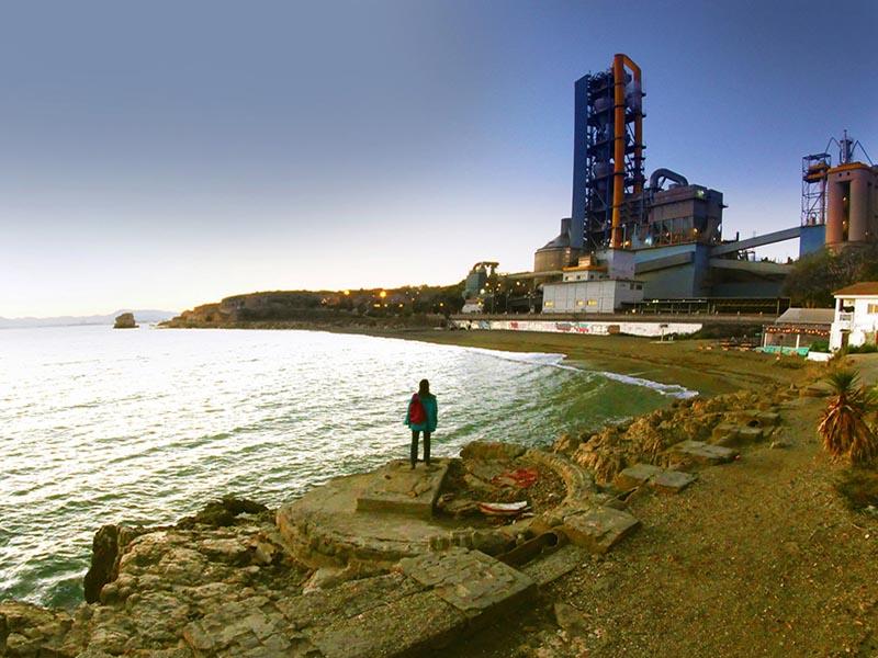 Malaga_beach_and_factory_TH800x600